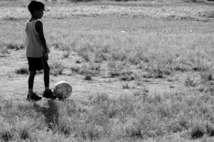 Menino jogando bola